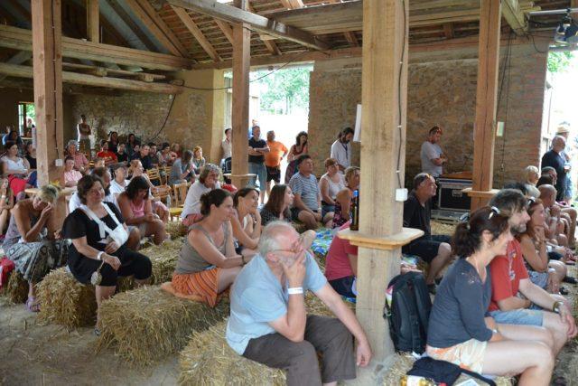 Slavonice Fest láká. Plno je nejen při promítání v různých sálech, ale také při koncertech ve stodole v Maříži