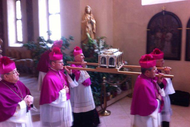 Zástupci katedrální kapituly vynesli z jižní kaple chrámu relikviář se světcovými ostatky a poté je vystavili na celých 24 hodin