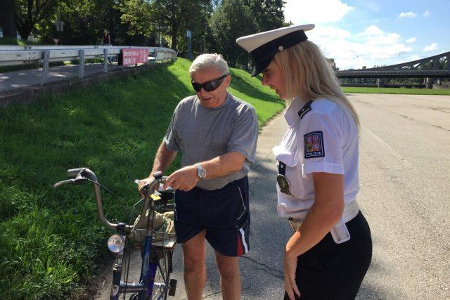Při bezpečnostní akci dopravní policistka Olga Morongová zastavila mimo jiné Miroslava Daňka, který jezdí na postarším kole z roku 1968