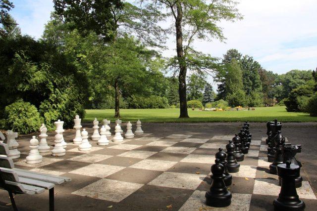 K lázním patří rozlehlý park, v němž zaujmou obří šachy
