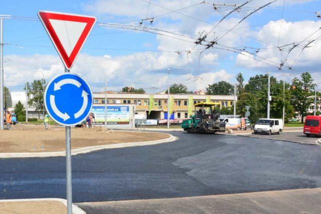 Kruhový objezd na křižovatce ulic Husova a Strakonická v Českých Budějovic