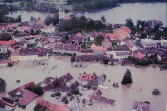 Putim při povodni v roce 2002. Repro foto snímku z kroniky místního sboru dobrovolných hasičů