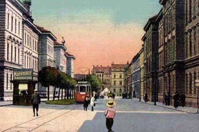 Parní tramvaje nakonec v Českých Budějovicích nikdy nejezdily, ale město se o pár let později dočkalo vozů elektrických. Na staré pohlednici je zachycen tramvaj u kasáren v dnešní Žižkově ulici v období kolem roku 1910