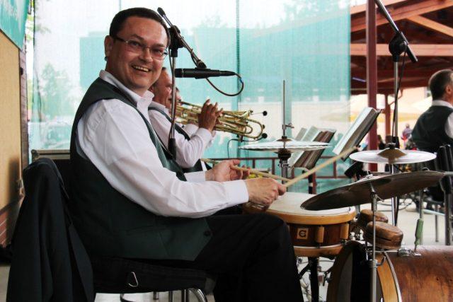 Zdeněk Voráč za bubny při vystoupení kapely Babouci v Pivovarské zahradě na Zemi živitelce