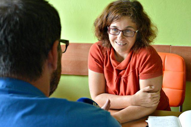 Táborská knihovnice Eva Měřínská natáčí recenzi knihy Jiřího Hájíčka Dešťová hůl s redaktorem Filipem Černým