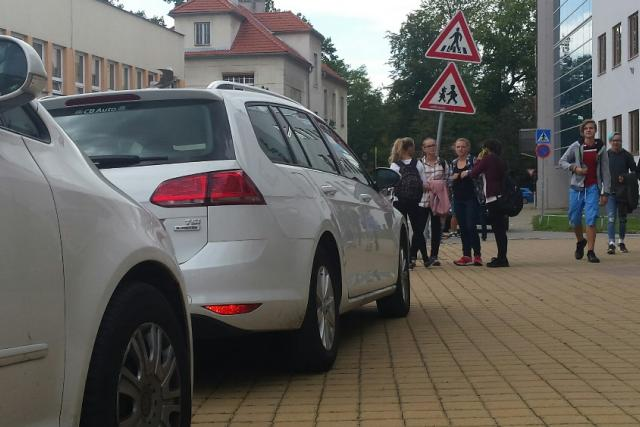 Technická správa komunikací musí opravovat dlažbu, kterou ničí parkující auta