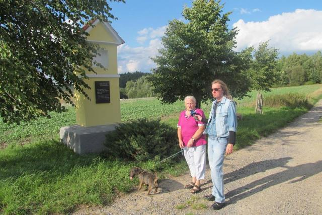 Zde stávala obec Temelínec. Narodila se tu Marie Poláková (na snímku s redaktorem Zdeňkem Zajíčkem). Celá její rodina ale musela kraj opustit, vesnice byla vysídlená a zničená v 80. letech kvůli výstavbě Jaderné elektrárny Temelín