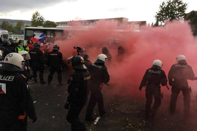 Cvičení, při němž čeští a rakouští policisté trénovali zásah proti agresivním fanouškům na fotbalovém utkání, se uskutečnilo v rakouském Bad Beonfeldenu. Zapojilo se přes 140 digurantů