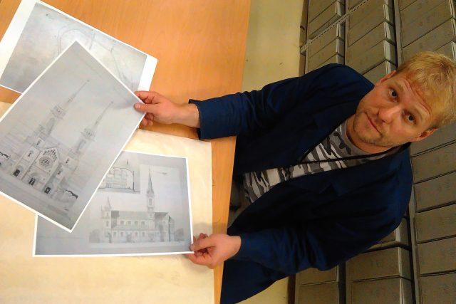 Ředitel českobudějovického archivu Daniel Kovář ukazuje nákresy plánované katedrály. Projekt měl během let několik podob, nejpodrobněji se dochovaly plány z roku 1909