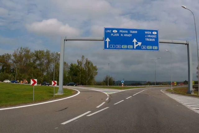 Místo dvou průjezdných pruhů je po změně na kruhovém objezdu jen jeden