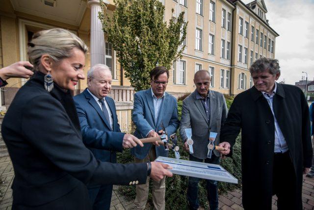 Přestavbu nejstarší budovy v areálu zahájili symbolickým poklepáním na desku zástupci města České Budějovice, Jihočeského kraje a nemocnice