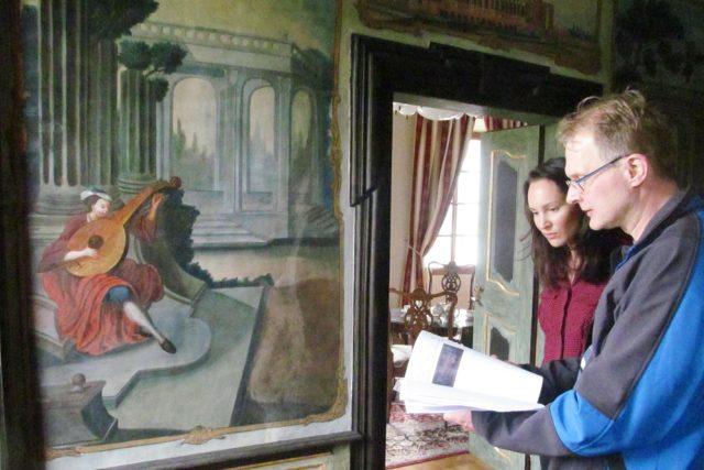 Roman Lavička z Národního památkového ústavu a Veronika Palčisková ze společnosti Mitrowicz u jedné z nástěnných maleb