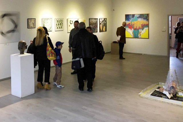 Výstava Intersalon v Galerii Mariánská v Českých Budějovicích. Umělci z celého světa tu představují díla na téma čtverec