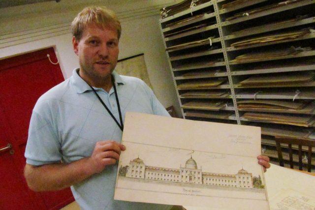 Ředitel archivu Daniel Kovář ukazuje projekt veřejných městských lázní pro České Budějovice. Honosné stavby se nakonec lidé nedočkali