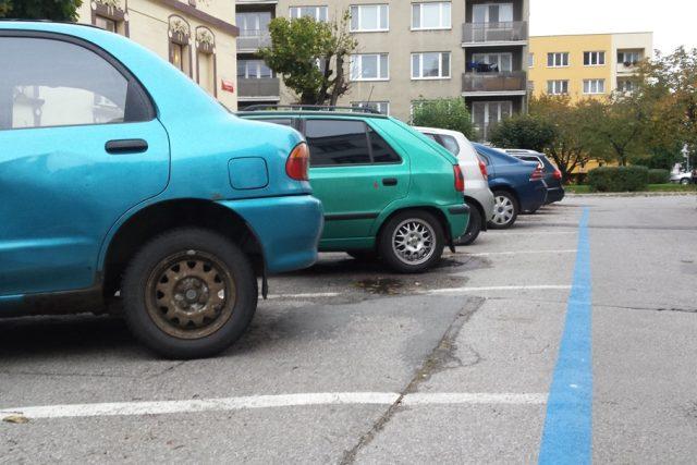 V ulicích Pražského předměstí už se začaly objevovat modré čáry označují parkovací zóny. Radnice ale musí ještě mimo jiné vyřešit, jak naloží s odstavenými autovraky