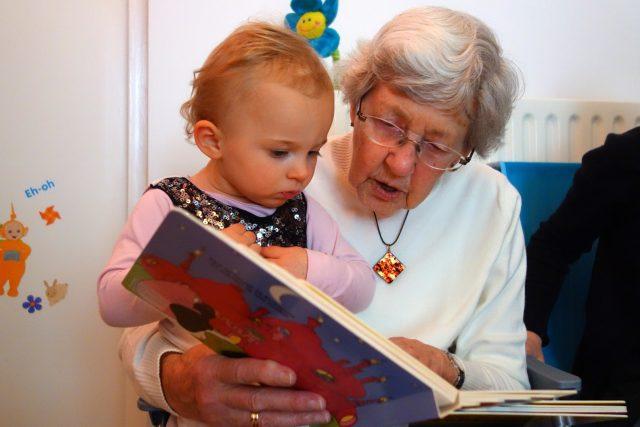 Babička dítě čtení