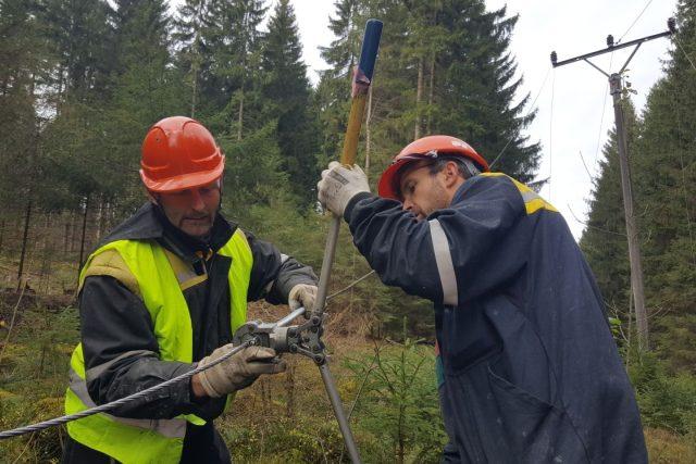 Technici opravují elektrické vedení poničené vichřicí v lese u Benešova nad Černou