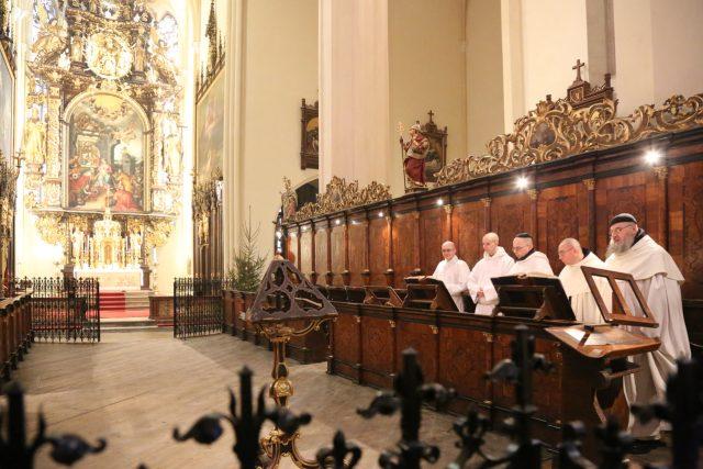 Mniši v klášterním kostele