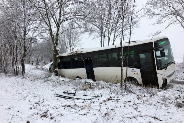 Nehoda autobusu u Ločenic si vyžádala jeden lidský život a řadu zraněných