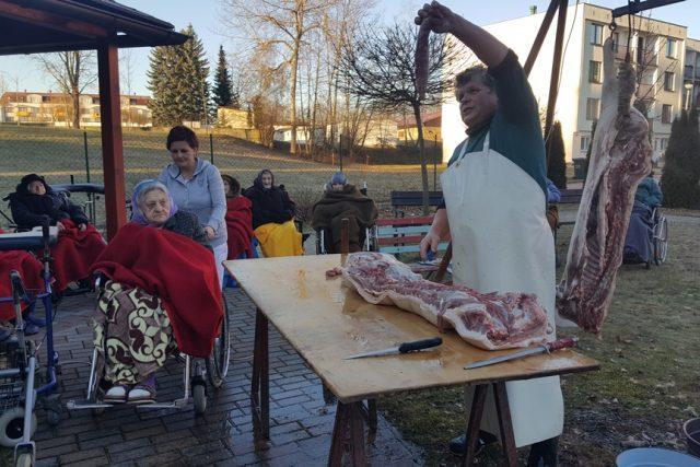 Pravou domácí zabijačku věnovala Ježíškova vnoučata obyvatelům domova pro seniory v Třeboni