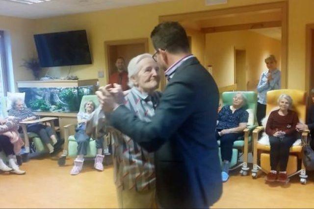Díky Ježíškovým vnoučatům si paní Věra z Prachatic zatančila s tanečním mistrem Tomášem Gaudníkem