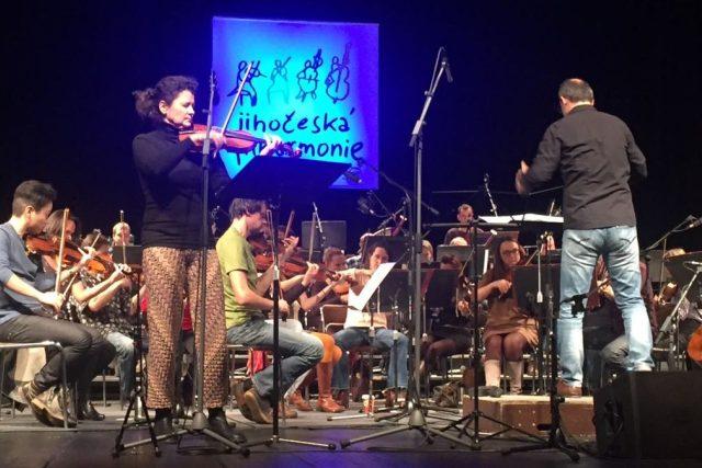 Iva Bittová při zkoušce s Jihočeskou filharmonií