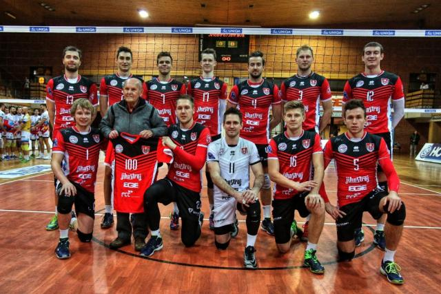 Fanoušek Jihostroje Bohumil Puffer dostal ke 100. narozeninám dres se svým jménem a stovkou | foto: Kamil Jáša