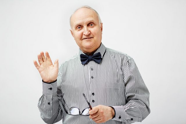 Muž zvedá ruku na pozdrav