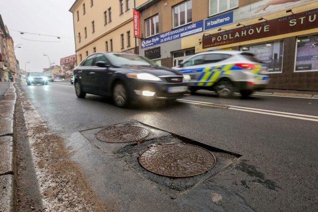 Po několika týdnech od dokončení oprav povrchu se na Budějovické ulici objevují další defekty. Propadají se kanály