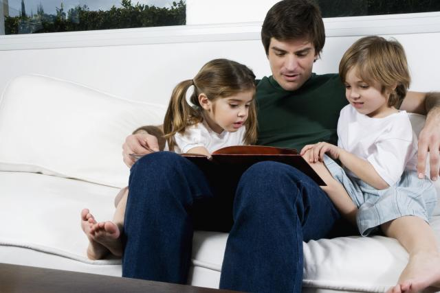 Otec čte dětem pohádku