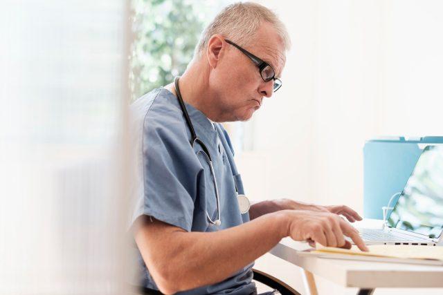 Lékař u počítače (ilustrační foto)