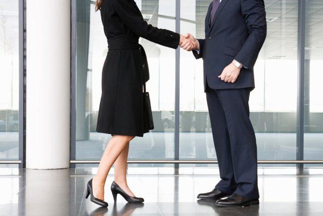 Podávání rukou muž a žena
