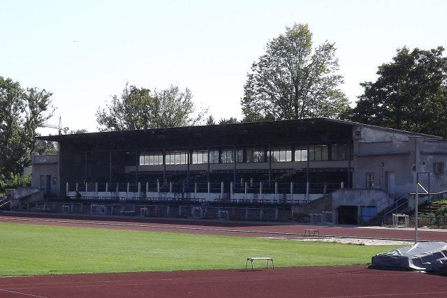 Tribuna na atletickém stadionu v Českých Budějovicích se konečně dočká opravy