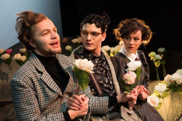 Absurdní drama Letní vosy nás štípou už i v listopadu v Jihočeském divadle, Tomáš Havlínek, Václav Švarc a Beáta Kaňoková