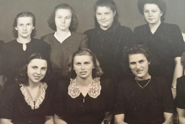 Věra Naušová (vpravo dole) na Sociální škole ve Vimperku v roce 1947
