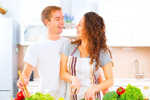 Mladý pár připravuje zdravou stravu