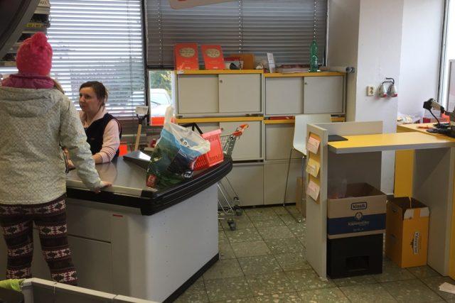 Stanoviště Pošty Partner je hned vedle pokladen obchodu. Lidem tu chybí diskrétní zóna   foto: Jitka Cibulová Vokatá,  Český rozhlas