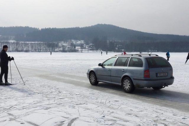 Auto jede po zamrzlém Lipně