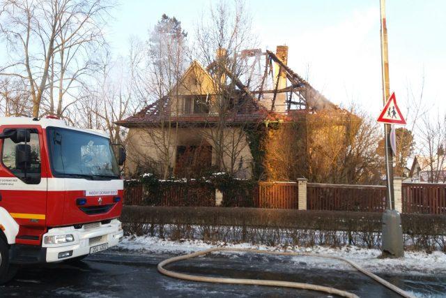 Hasiči likvidují požár domu v Čimelicích