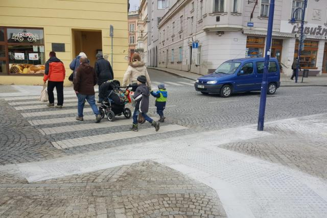 Předláždění naváděcích pásů pro nevidomé nařídil městu soud. Radnice za to zaplatí 2 miliony korun bez DPH | foto: Lucie Hochmanová