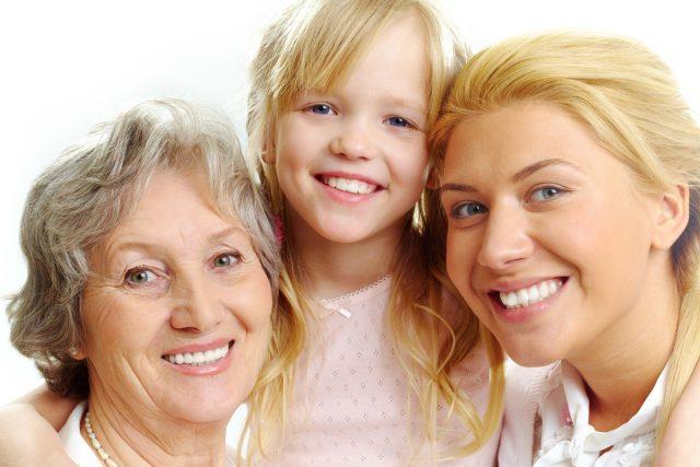 I starší ženy se dnes setkávají s oslovením slečno,  ale podle etikety bychom se tomu měli vyhýbat. Naopak takové oslovení potěší mladou dívenku | foto: Fotobanka Profimedia