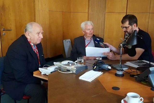 Josef Kalbáč (vlevo) a František Zemen při natáčení pořadu Jihočeši s redaktorem Filipem Černým