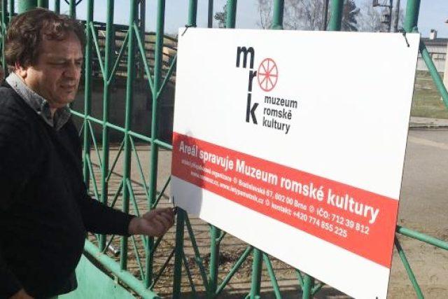 Na vstupní bráně vepřína v Letech už visí cedule s nápisem: Areál spravuje Muzeum romské kultury