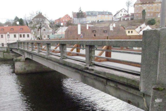 Benešův most v Českém Krumlově je ve špatném stavu. Chodníky pro pěší už muselo město uzavřít, čtyři roky má most sníženou nosnost