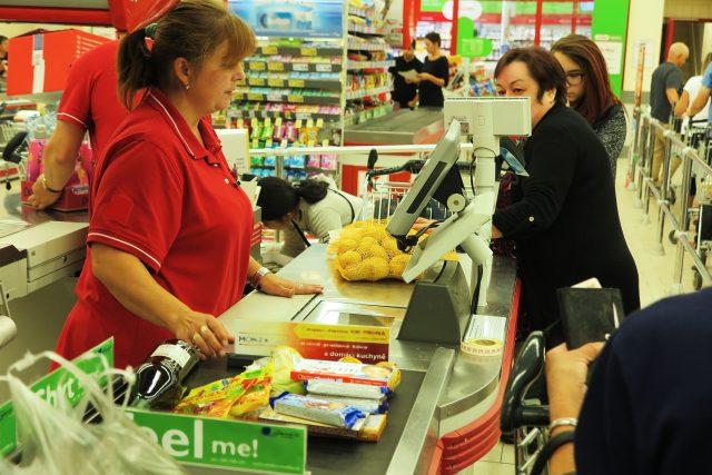 Cena je pro Čechy podstatným kritériem při nakupování potravin. Sledovat také kvalitu se teprve učíme