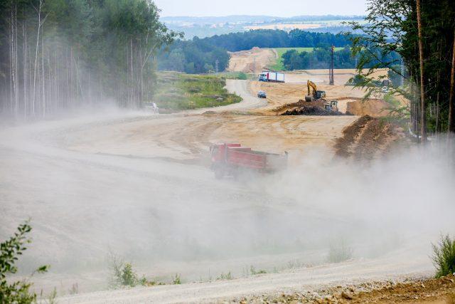 Stavba dálnice D3, obchvat Českých Budějovic, silničáři, náklaďáky, prach, doprava, výstavba