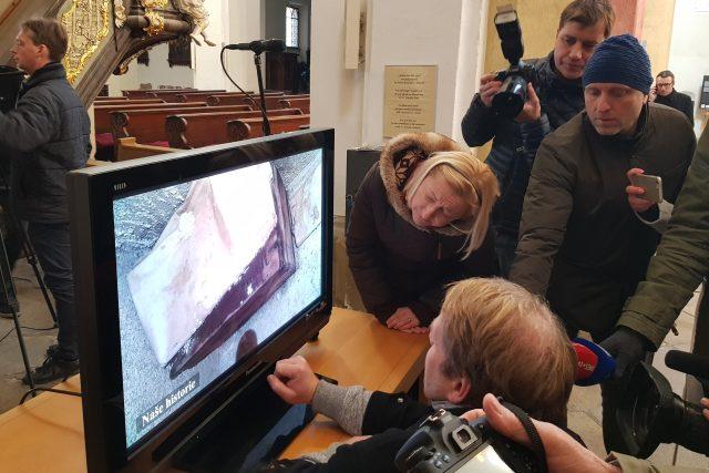 Odborníci spustili kameru do dutiny v kostele na Piaristickém náměstí v Českých Budějovicích. Podle dochovaných zpráv jsou zde druhotně uloženy ostatky významné osobnosti českého království 13. století, Jindřicha Libraria