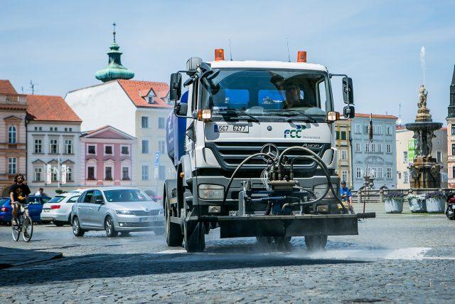 Kropící vůz ochlazuje rozpálené náměstí Přemysla Otakara II. v Českých Budějovicích