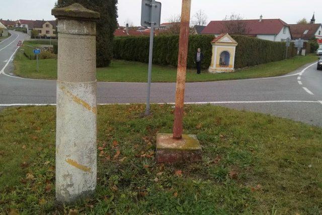 Historický rozcestník na křižovatce ve Strážkovicích na Českobudějovicku