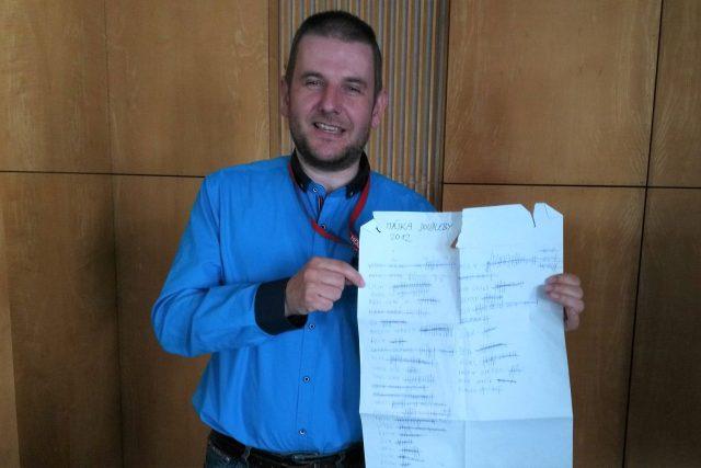 Jan Šimánek, kronikář obce Doudleby na Českobudějovicku, ukazuje obří účtenku s počtem piv vypitých při stavění máje v roce 2012